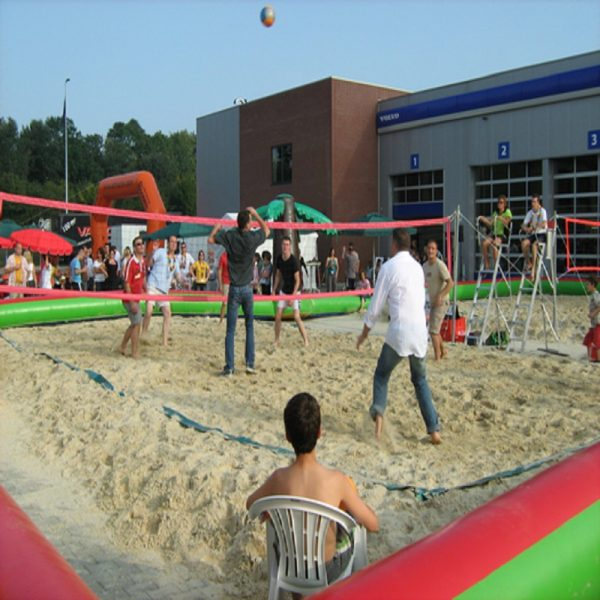 beachvolleybalveld met palmbomen